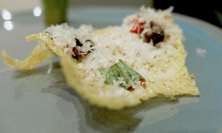 Cialda di mais fritta, acciuga, pomodoro e olive. Loro la chiamano «la nostra polenta terrona»