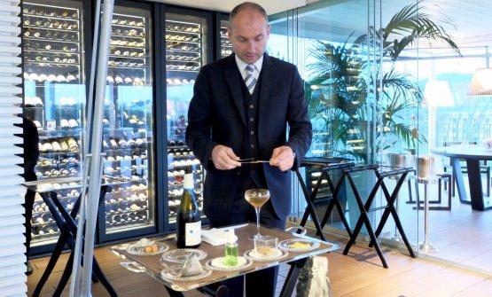 Sokol Ndreko prepara un cocktail: Petit Beaufort, liquirizia, olio essenziale di bucia di limone, assenzio