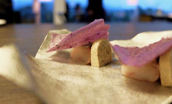 Sgombro al caffè, chips di patata viola, panna cotta di lumache e mela cotogna fermentata