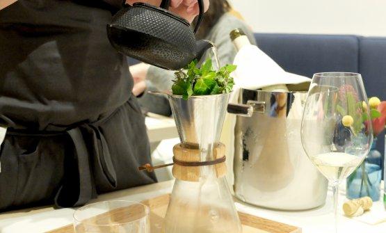 Al tavolo ci viene preparato questo brodo di manzo infuso velocemente nelle erbe, si sentono la menta, il timo, la maggiorana...