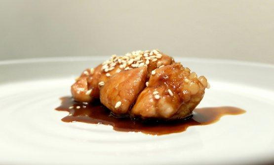 Altra grandissima proposta, una delle migliori animelle che abbiamo assaggiato: Animella marinata nella birra cinese Tsing Tao, soia, spezie, burro nocciola e sesamo tostato