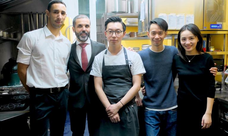 Lo staff diSerica. Da sinistraDaniel Dellolio,Alfonso Bonvini, chefChang Liu,i patronMauroedElisa Yap