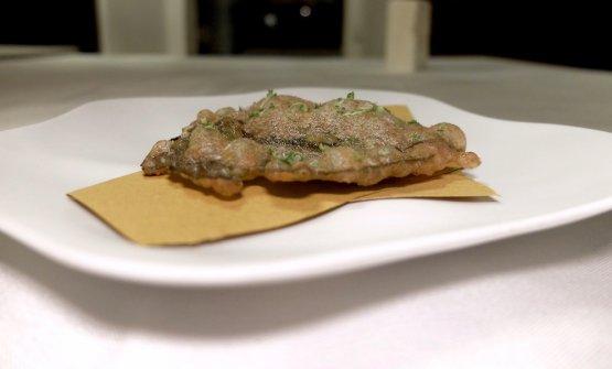 Foglia di vite sotto sale e sotto aceto in tempura con lievito madre acido di segale, lime