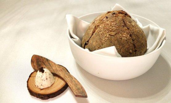 L'ottimo pane maison (di farina di farro e semi di girasole) con burro della Normandia aromatizzato con ribes essiccato e fermentato