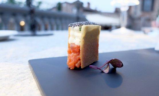 Tuille alle mandorle, salmone Alaska marinato al wasabi, creme fraiche all'erba cipollina, semi di papavero