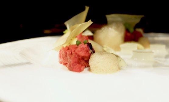 Voglio la luna: tartare di filetto di fassona, spuma e polvere di capperi di Pantelleria, maionese alla senape in grani, aria di soia, gelatina al lime e vele di ceci