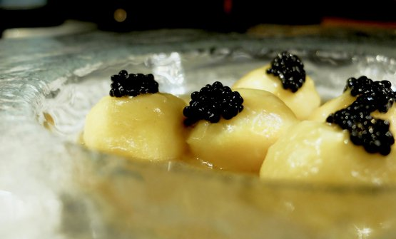 Fondente: bottoni di patate rosse ripieni di zabaione al parmigiano reggiano, pomodoro Merinda, caviale di aringa