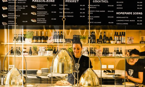 The counter atAmor, the pizzeria ofGruppo Alaj