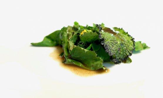Interessantissima l'Insalata di erbe spontanee alla griglia con bagna cauda. Per lasalsa, l'aglio è candito tre volte nel latte, gli chef non usano poile acciughe, ma gli agoni. Grande equilibrio tra note vegetali, tostate, col sentore di griglia