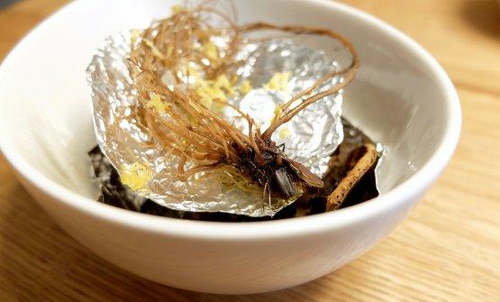 Radice di Geum urbanum (anche detto garofanella) al vapore, con scorza e succo di limone, sale e olio. Note di liquirizia