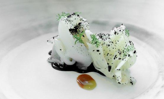 Seppie e finocchi: seppia marinata come fosse lardo (sotto sale ed erbe) e insalata di finocchi, salsa al nero, fondo bruno di seppia, olio al rosmarino