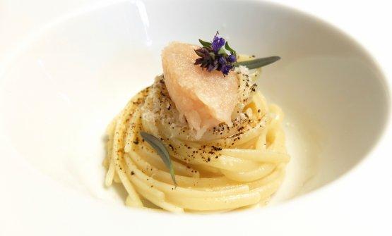 Spaghetti di farina d'orzo, rapunzia cruda, liquirizia, tartare di bottatrice, foglie di issopo, burro nocciola. Burro un po' eccessivo