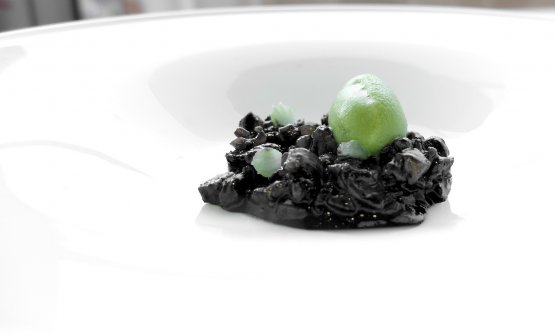 Seppie e finocchi, seconda parte. Se la prima era buona, la seconda è straordinaria: zampette di seppia al nero, sorbetto delle parti verdi del finocchio. Suadente:c'è acidità, gioco di texture, iodio, eleganza. Grande piatto