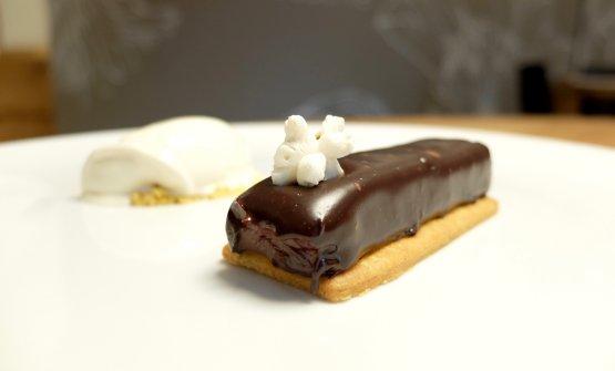 Secondo dessert molto piùclassico: Popciock, ossia tegole di cioccolato fondente 62%, gel ai frutti rossi e gelato di popcorn