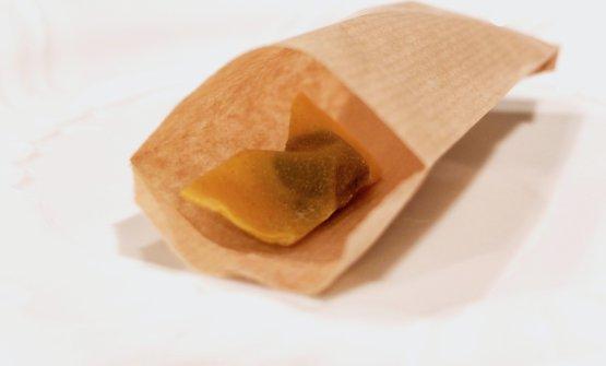 Da dentro al sacchetto: casoncello crudo, ma cotto, il signature di Gipponi, questa volta in versione green, il ripieno è d'erbe