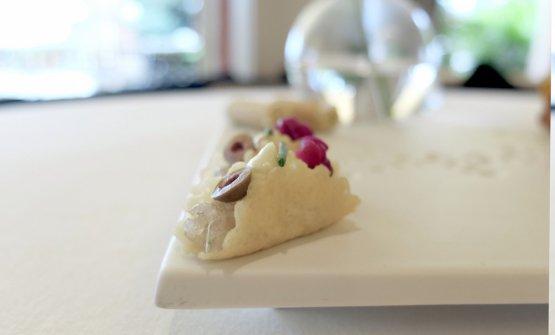 Sancrau, vale a direcrauti alla genovese. Rivisti, però: salsiccia ligure in tacos con tartare di nasello, maionese di limone, olive taggiasche, cavolo agrodolce e d erba cipollina. Molto buono