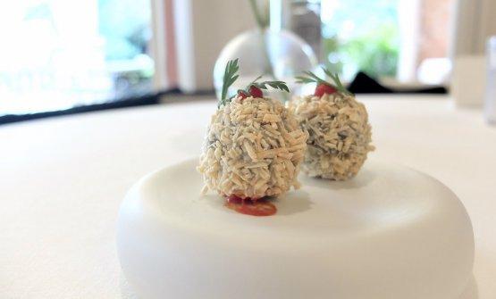 Totano alla ligure: polpetta fritta di totano al nero di calamaro con patata essiccata, pomodoro aromatizzato alla senape, foglie di carota