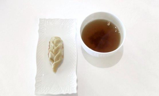 Culurgiones come un wonton: raviolo bollito e piastrato ripieno di pancia di castrato in umido. A parte un brodo di funghi e tartufo bianco, dal bel gusto terroso, torbato
