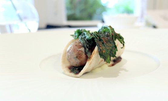 Piadina di salamella di ventresca di tonno e verbena, cime di rapa con aglio e peperoncino e fondo di Pata Negra