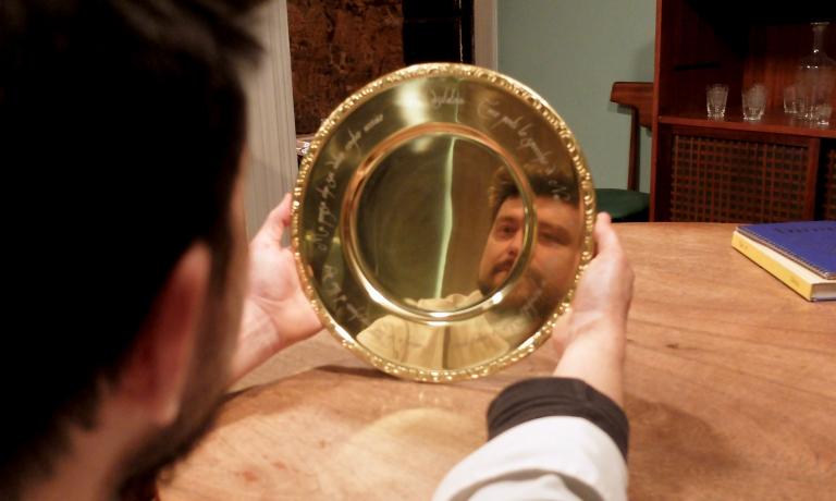 Alberto Gipponi, del Dina di Gussago (Brescia), si specchia nel piatto che ha fatto disegnare da Mepra. Reca una frase, di Gabriele D'Annunzio:Al visitatore: Teco porti lo specchio di Narciso? / Questo è piombato vetro, o mascheraio. / Aggiusta le tue maschere al tuo viso / Ma pensa che sei vetro contro acciaio. La (possibile) spiegazione, sotto (foto Tanio Liotta)