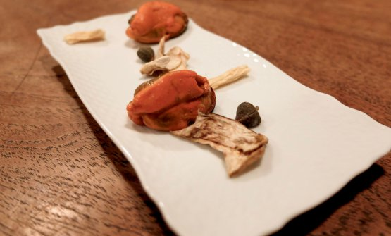 Dolcezze finali: capperi canditi, radici di codonopsis, porcini essiccati, cozze in scapece con crema di arancia (!)