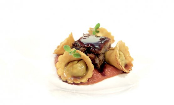 Ravioli di prebuggiún al tocco. Ilprebuggiún è una miscela di erbe spontaneee (7 mangerecce e 6 aromatiche). Il tocco è una salsa di pomodoro stracotta con reale di Fassona. I ravioli sono glassati con salsa spagnola e conditi con punte di maggiorana