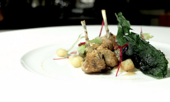 Lumache e cosce di rana al tandoori, polenta fracchiata, puntarelle, sfere di patata dauphine, barbabietola. Manca un po' di sapidità. La fracchiata è una polenta abruzzese di farina di ceci, o di cicerchie, o di piselli