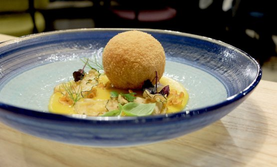 Crocchè di patata bianca, farcia di Ragusano Dop, vellutata di zucca gialla, chips di zucchine, carote e topinambur. Bel contrasto dolce-salato