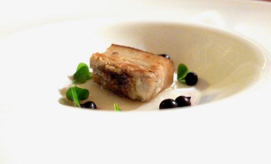 Buonissima anche la Pancetta di maiale affumicata e saltata in padella, ribes nero fermentato, acetosella, brodo di micelio, o mycelium che dir si voglia. Urgono spiegazioni, con Valotti non è mai semplice:il micelio è l'apparato vegetativo dei funghi ed è formato da un intreccio di filamenti detti ife, tubuli in cui scorre il protoplasma. Lo chef micorizza (la micorizzazione è una tecnica di coltivazione che consiste nel far attaccare l'apparato radicaledi un ortaggiodafunghinon patogeni che creano con essa una situazione disimbiosicon apporto di scambio reciproco) il cavolo cappuccio, ottiene così il micelio, ci fa un brodo. Wow