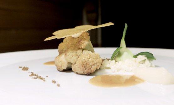Broccolo di Torbole, cialda dello stesso broccolo, cavolfiore, la sua crema, salsa alla mugnaia, polvere di cappero. Di nuovo magistrale bilanciamento in un piatto veg assai godibile