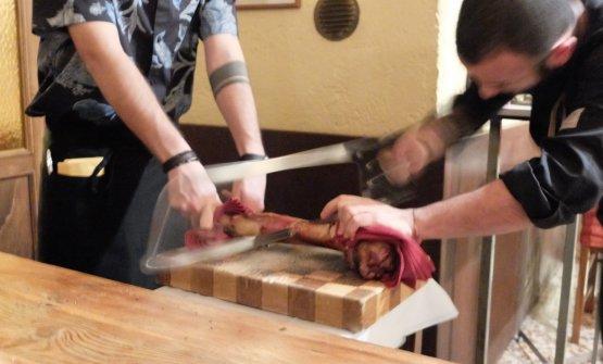 Il sous chef Francesco Reboni (classe 1991, uno bravo e appassionatissimo) organizza al tavolo il taglio del femore di bue dal quale estrarre il midollo