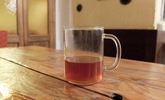 """È un sistema di caffèa depressione,o """"vacuum brewer"""". In questo caso la scelta va su una monovarietà di Arabica etiope, coltivata a 2.200 metri. Lo fornisce la torrefazione La Cabra di Aarhus, in Danimarca. Ne deriva una sorta di infuso di caffè, molto diverso dal nostro espresso, ma estremamente elegante al palato"""