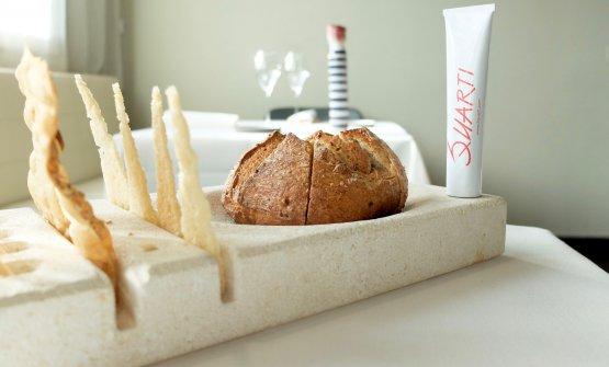 Il pane: da lievito madre e farina integrale più Bonsemì Petra. Poi crackers ai semi di zucca e vele di Grana Padano 20 mesi. Nel tubetto, una mousse di mortadella