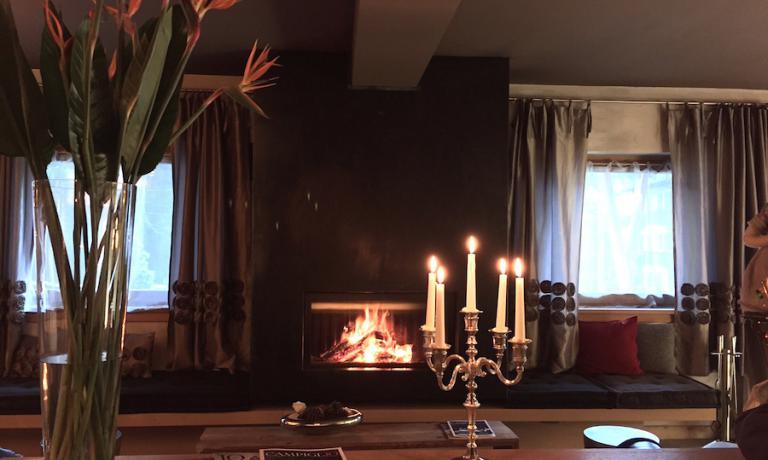 Il salotto del DV Chalet, con il camino in inverno sempre acceso