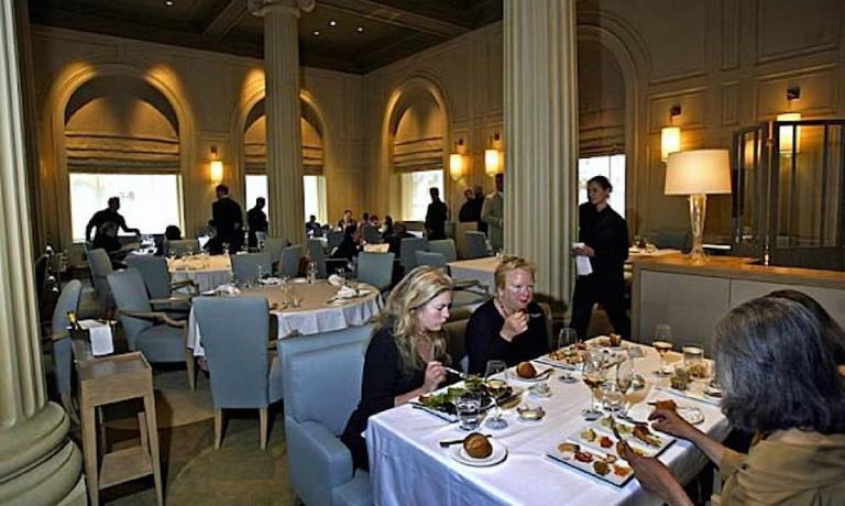 In questa foto tratta dal sito SFGate, a tavola, da sinistra, sono accomodati Jane Connors of San Francisco, Priscilla Coe e la pr Eleanor Bertino of San Francisco, di spalle. Sono a cena al ristorante di Michael Mina dentro il Westin St. Francis Hotel a Union Square, che aveva appena aperto.