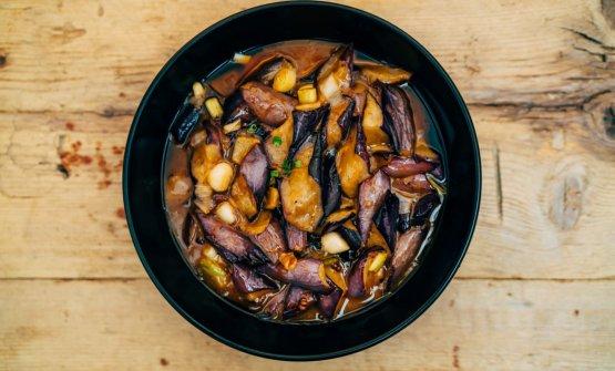 Pancetta di maiale, cotenna cotta a vapore e saltata in wok, salsa di fagioli fermentati con peperoncino e cipollotto
