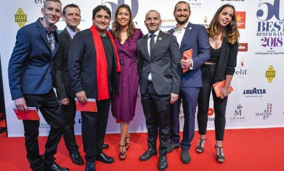 Il gruppo del Mirazur. Con Mauro Colagreco anche gli italianiAntonio Buono(napoletano. Terzo da destra) eDavide Garavaglia(milanese. Primo a sinistra),rispettivamente il co-chef e ilsaucier
