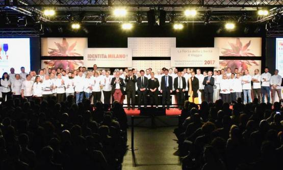 Foto di gruppo di tutti i rappresentanti East Lombardy a Identità Milano: erano così tanti che, per scattarla, Brambilla-Serrani hanno dovuto fare le acrobazie su una scala