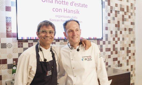 I cuochi sardi Roberto Petza e Mauro Seu impegnati mercoledì scorso a Milano in una lezione di cucina con ingredienti classici della cucina coreana