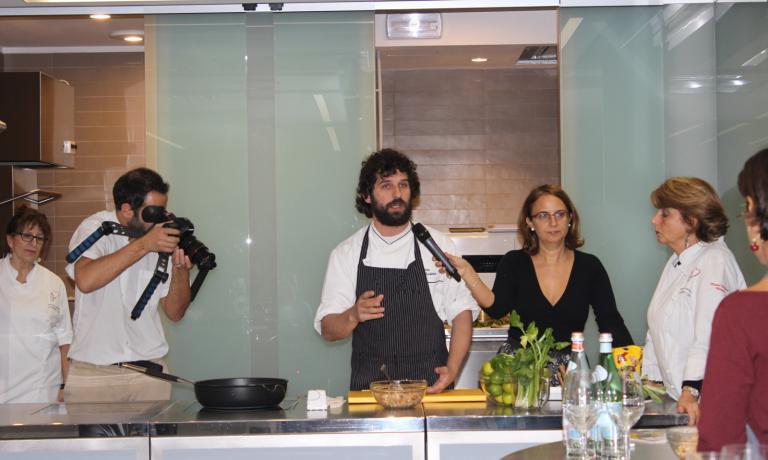 Lo chef uruguagio Matias Perdomo fu il relatore pi� atteso, lo scorso anno, della rassegna di cucina ibero-americana che torna da mercoled� prossimo, 13 maggio, per un ciclo di incontri presso la sede de L'Arte del Convivio a Milano.�