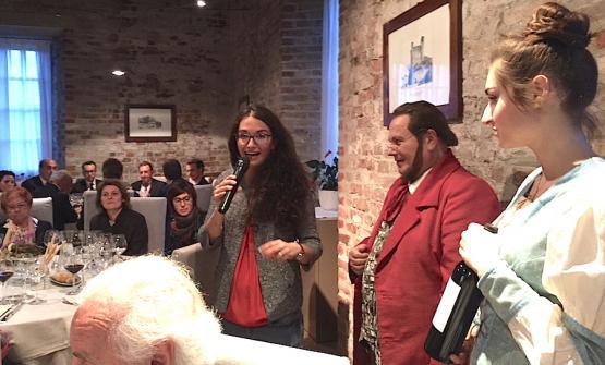 La brillante Elena Gillardi, ultima generazione dell'azienda agricola Gillardi, mentre nel castello di Grinzane Cavour spiega il Dogliani DOCG Cursalet 2014 sotto gli occhi della figura di Camillo Benso conte di Cavour