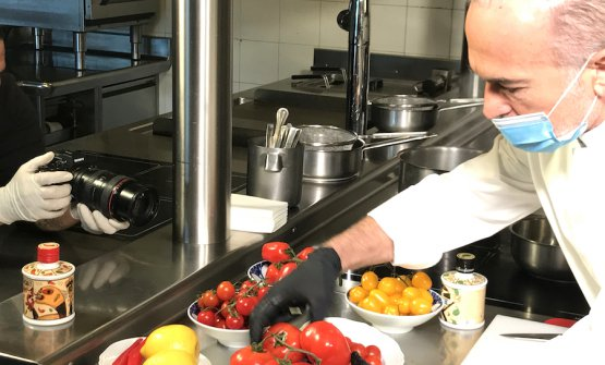 Elio Sironi accarezza i suoi amatissimi pomodori