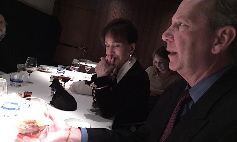 """Michael Ellis, direttore internazionale delle GuideMichelin, mentre sorseggia l'amato Fernet Branca martedì sera da Seta. """"Se premiamo con delle stelle ristorantidi streetfood in Asia, sarà ora che cominceremo a osservare le pizzerie in Italia in altro modo"""". Per SergioLovrinovich, caporedattore di Michelin Italia, """"E' difficile premiare una pizzeria perché, a differenza dei piatti 'normali', la lievitazione sottosta a mille variabili"""""""