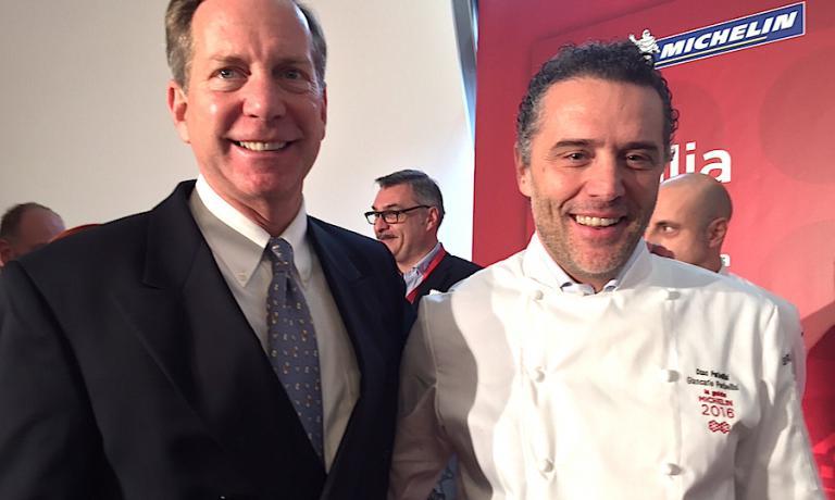 Michael Ellis, responsabile dell'intero comporto delle guide Michelin, con Giancarlo Perbellini, chef e patron a Verona di Casa Perbellini, insegna aperta da un anno appena e subito premiata con due stelle