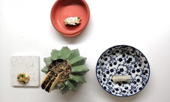 """Entrèe -In questo caso un vero e proprio """"riscaldamento delle papille gustative"""", un rapido viaggio tra Puglia, Abruzzo e Giappone. Dall'alto in basso della foto: Carta tarallo, alghe wakamè, aceto di sushi, sesamo, peperoncino; Wafer di stracotto di manzo; Carta tarallo con stracotto di agnello, carciofi crudi e pecorino grattato e in salsa; Daikon marinato (ravanello orientale, ha la forma di una carota di 20/30 cm, il più comune è coltivato nell'isola nipponica), baccalà marinato, verdure marinate in aceto di champagne e lamponi fermentati"""