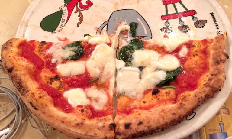 Una mezza pizza margherita del maestro Enzo Coccia nella sua insegna al Vomero in via Michelangelo da Caravaggio 94a. Attenti: La Notizia è una pizzaria, con la a come seconda vocale per rimarcare lo straordinario legame tra Coccia e la pizza.