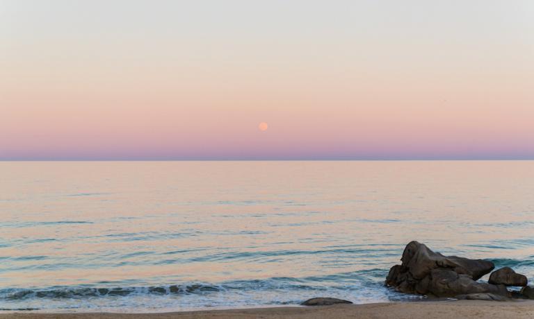 Il tramonto sul mare davanti all'Escargot, ristorante a Costa Rei in Sardegna, nello scatto di Paolo Comparin dell'agenzia Aromi Creativi