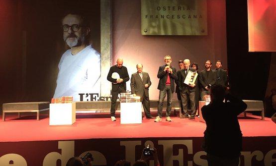 Massimo Bottura sul palco della Leopolda a Firenze, ultimo dei premiati a salirvi. Per il secondo anno consecutivo, ha ricevuto il premio per il Pranzo dell'Anno