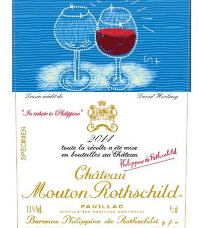 L'etichetta 2014 del celeberrimo taglio bordolese diChâteau Mouton Rothschild, disponibile in Italia a breve. Ogni anno la famiglia Rothschildsceglie un grande artista per siglarla. DopoMirò, Chagall, Picasso, Dali e ilCarlo d'Inghilterra, quest'anno è il turno delpittore inglese David Hockney