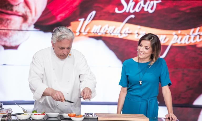 Davide Scabin, tra un pranzo e una cena nel ristorante di Identità Expo di cui è stato ospite dal 15 al 19 luglio, è andato a cucinare anche sul set di The CooKing Show